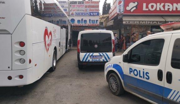 Kocaeli'de perona yanaşan yolcu otobüsüyle ekip aracı arasında sıkışan polis memuru yaralandı