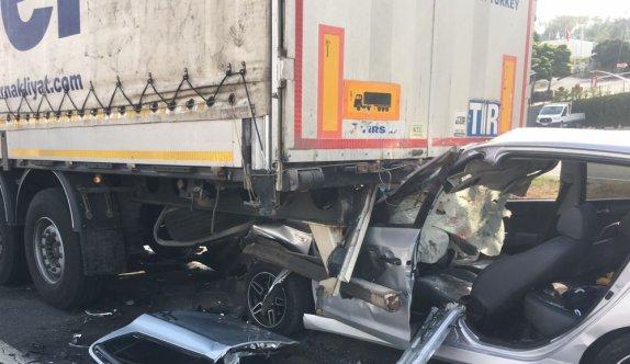Tekirdağ'da kırmızı ışıkta bekleyen tıra çarpan otomobilin sürücüsü ağır yaralandı