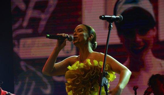 Uluslararası Bursa Festivali'nde sanatçı Fettah Can ve Cansu Kurtcu konser verdi