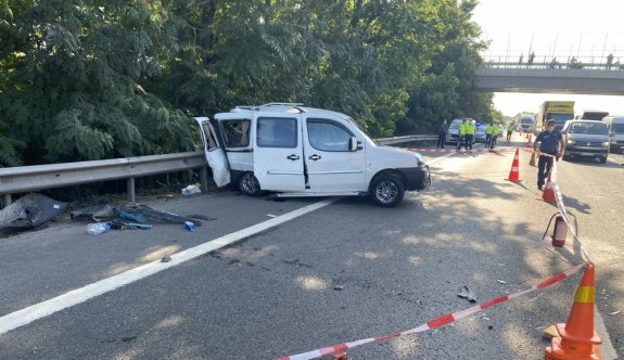 Anadolu Otoyolu'nda iki hafif ticari araç çarpıştı: 1 ölü, 3 yaralı