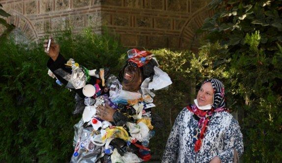 Atıklardan tasarlanan kostümle gezen tiyatrocudan