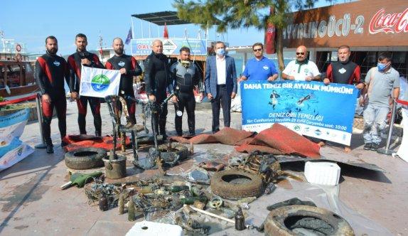 Ayvalık'ta 1 saatlik deniz temizliğinden çıkan atıklar sergilendi
