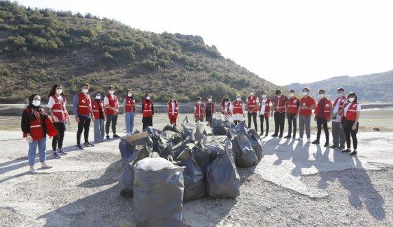 Bursa'da Genç Kızılay üyeleri baraj çevresine atılan çöpleri topladı