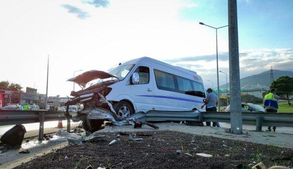 Bursa'da işçileri taşıyan servis aracı yol ayrımındaki bariyerlere çarptı: 6 yaralı