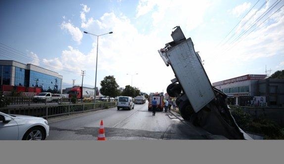 Bursa'da kontrolden çıkarak köprüden dereye düşen tırdaki 2 yaralı kurtarıldı