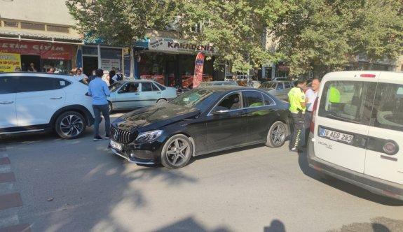 Bursa'da otomobilin yayaya çarptığı anlar güvenlik kamerasına yansıdı