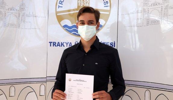 Edirne'de tıp fakültesini kazanan genç annesiyle babasının öğrencisi oldu