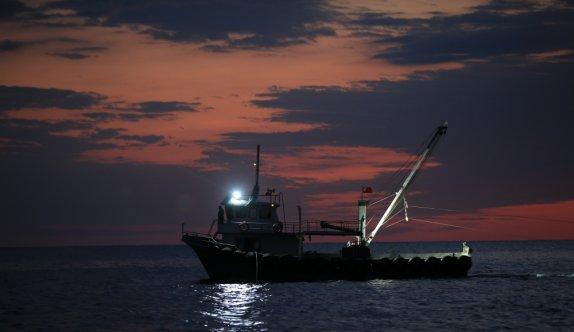 Kıyıköylü balıkçılar gün doğumunda