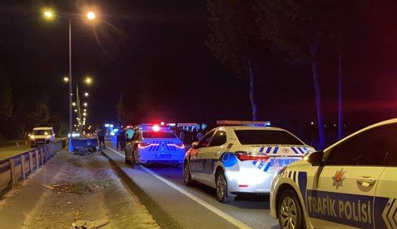 Sakarya'da motosiklet bariyerlere çarptı: 1 ölü, 1 yaralı