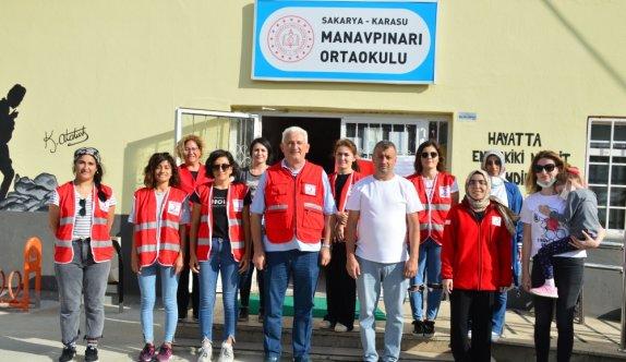 Sakarya'da Türk Kızılay gönüllüleri okulun duvarlarını boyadı