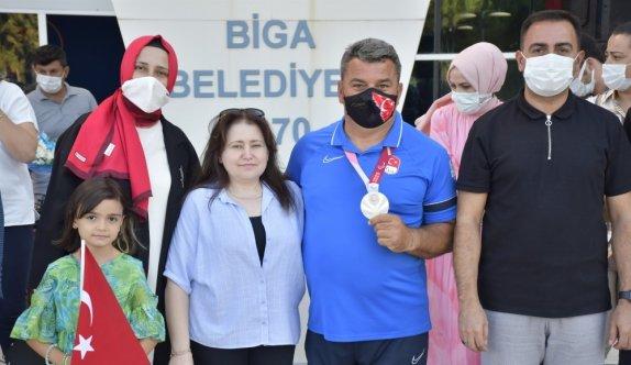 Tokyo'da gümüş madalya kazanan paralimpik okçu Bülent Korkmaz, memleketi Biga'da coşkuyla karşılandı