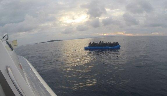 Balıkesir açıklarında Türk kara sularına itilen 32 düzensiz göçmen kurtarıldı