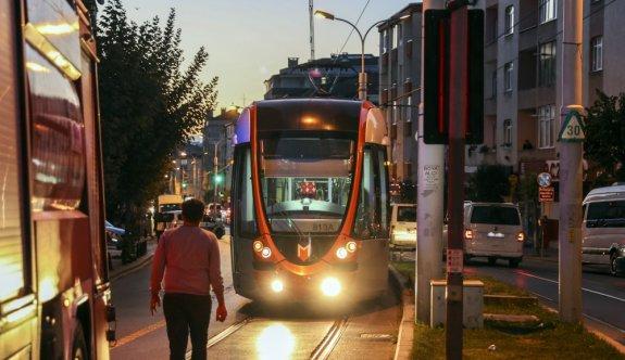 İstanbul Güngören'de servis aracı tramvay yoluna devrildi