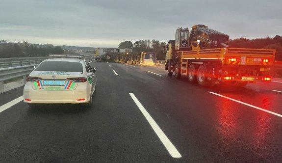 Kuzey Marmara Otoyolu'nda devrilen kamyonun sürücüsü yaralandı