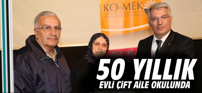 50 yıllık evli Özmen çifti Aile Okulu'nda sertifika aldı