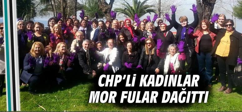CHP'li kadınlar mor fular dağıttı