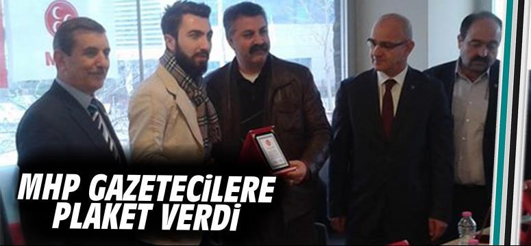 MHP gazetecilere plaket verdi