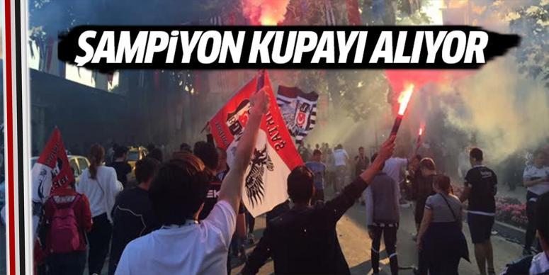 Şampiyon Beşiktaş kupasını alıyor