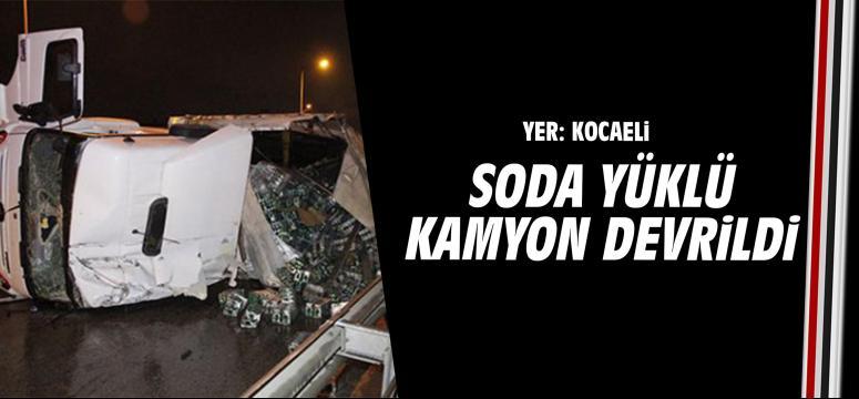 Kocaeli'de soda yüklü kamyon devrildi