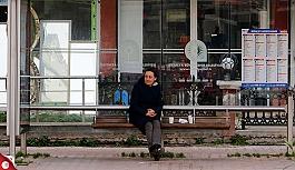 İş için Antalya'ya gelen Rus kadın otobüs durağında yaşıyor