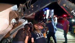 Bursa'da mobilya yüklü kamyonet devrildi: 2 yaralı