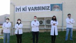 Kırklareli'nde eczacıdan sağlık çalışanlarına moral pankartı