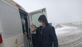 Karla mücadele ekiplerini ziyaret eden Edirne Valisi Canalp muhtara kar temizliğinde yardım etti