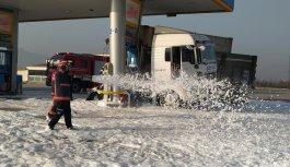 Sakarya'da akaryakıt istasyonuna çarpan tırın sürücüsü yaralandı