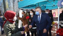 Sakarya, Düzce, Zonguldak ve Kocaeli'de kadınlara çiçek dağıtıldı