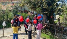Bartın'da ve Sakarya'da çocuklar hediyelerle sevindirildi