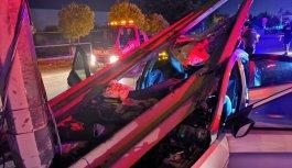 GÜNCELLEME - Kocaeli'de otomobil bariyerlere çarptı: 1 ölü, 2 yaralı