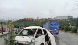 Kocaeli'de freni boşalan battaniye yüklü tır, park halindeki araçlara çarptı