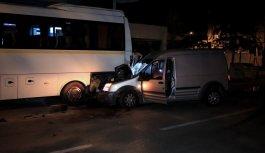 Bursa'da hafif ticari aracın park halindeki otobüse çarpması sonucu 3 kişi yaralandı