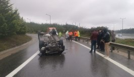 Anadolu Otoyolu'ndan bağlantı yoluna devrilen otomobildeki 2 kişi yaralandı
