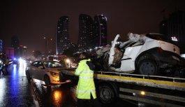 İstanbul'da tırla çarpışan otomobilde 1 kişi öldü, 1 kişi yaralandı